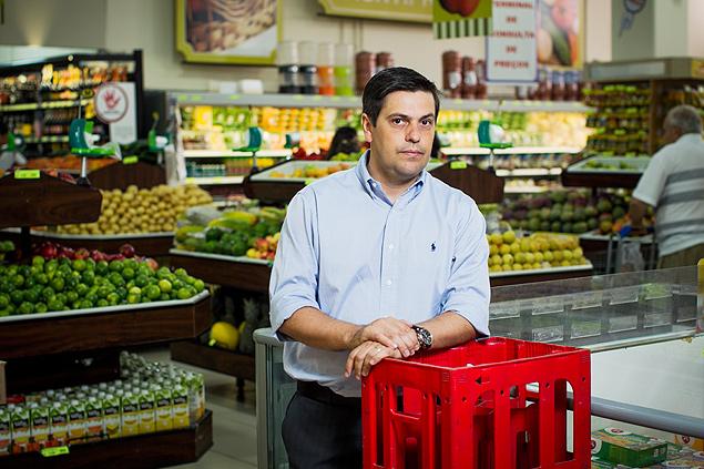 José Eduardo de Carvalho no supermercado em que trabalha, que tem índice de perdas de 4%